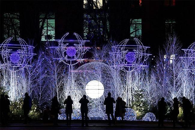Рождественские украшения освещают Елисейские поля в Париже