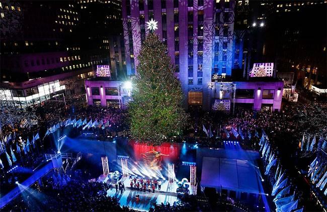 Рокфеллер-центр Рождественская елка возвышается над катком в Нью-Йорке . 45т. светодиодных энергосберегающих  светильников украшают 76 -футовый дерево.