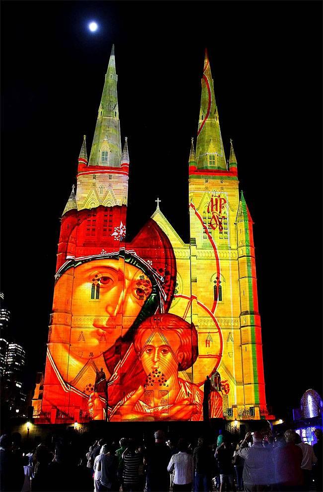 В 2013 Огни Рождества запускаются в соборе Святой Марии в Сиднее, Австралия