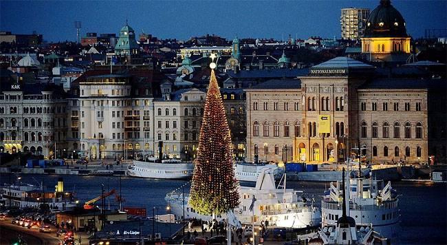 36 - метровая традиционная Рождественская елка светится в Стокгольме