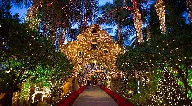 Вход отеля украшен для Рождества в the Mission Inn Hotel. Около 4 миллионов огней украшают арку для праздника