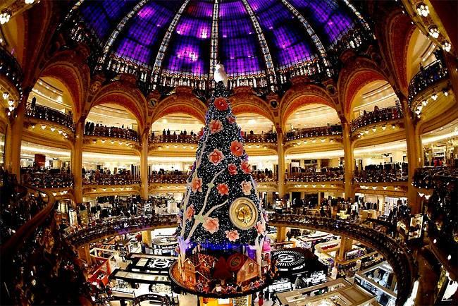 Гигантская Рождественская елка стоит посредине универмага Галерея Лафайет в Париже. (Фото Чарльзом Platiau / Reuters )