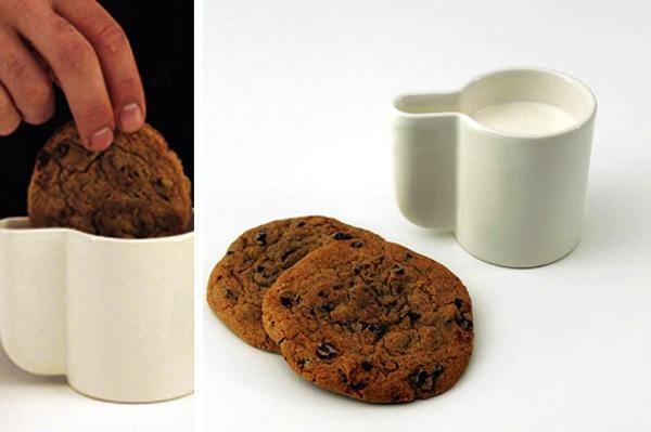 чашка для молока с печеньем