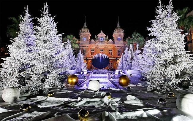 Рождественские елки украшены перед Казино Монте-Карло в Монако. (Фото Лионель Cironneau / Associated Press )