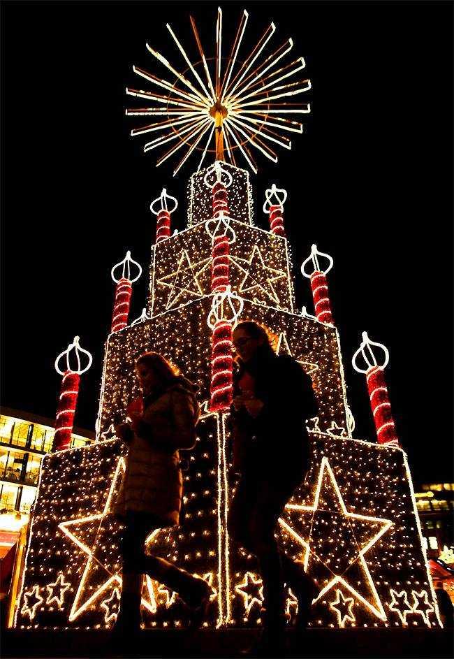 Две женщины прогуливаются на рождественской ярмарке в Берлине