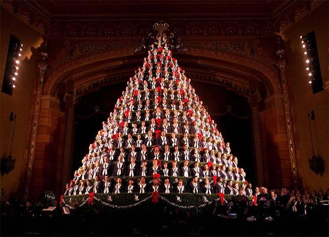 Певцы репетируют  на Рождественской елке в Центре исполнительских искусств в Маскегон , штат Мичиган.