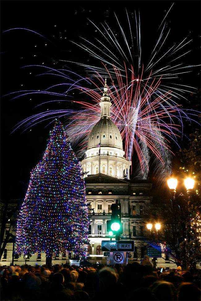Салют над государственной Капитолией после церемонии зажжения официальной государственной елку в городе Лансинг, штат Мичиган